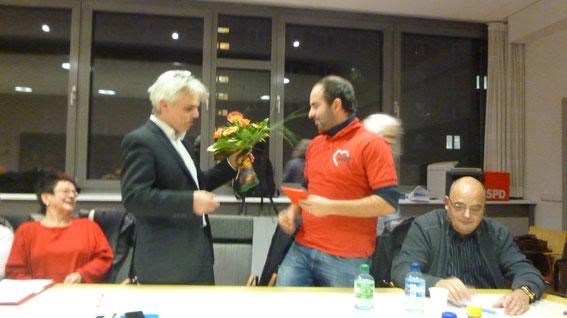 Der Sachkundige Einwohner der Stadtvertretung Neubrandenburg erhält durch Nichael Stieber das Mitgliedsbuch der SPD