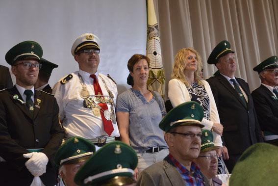 Stefan und Andrea bei der Königsproklamation in der Schützenhalle.
