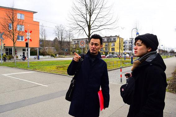 フライブルク市のヴォーバン住宅地で持続可能なまちづくり、都市計画の説明を受ける視察の風景