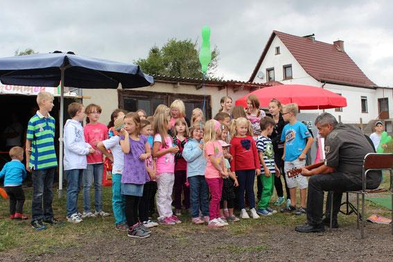 Die Kinder der Rhöngemeinde zur Eröffnung des Spielplatzes am 8. September 2013.
