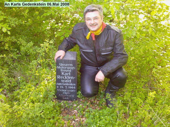 Bernd Bouillon am Gedenkstein