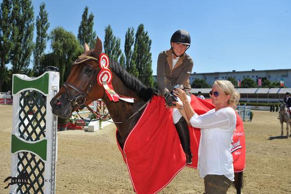 Bianca Babanitz erhält die Trophäe aus den Händen von Petra Janout © sIBIL sLEJKO