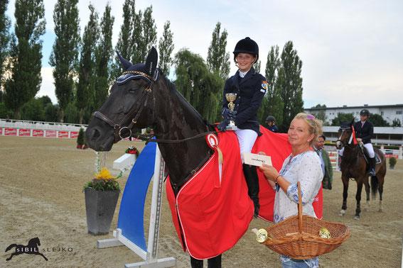 Leonie Moron sicherte sich auf Virgina 8 den Sieg in der Children/Junior Tour (m. Petra Janout) © sIBIL sLEJKO
