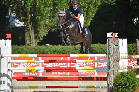 Alena Gasperl (OÖ) und Chacco Bella springen in der S*-Prüfung zum Sieg © sIBIL sLEJKO