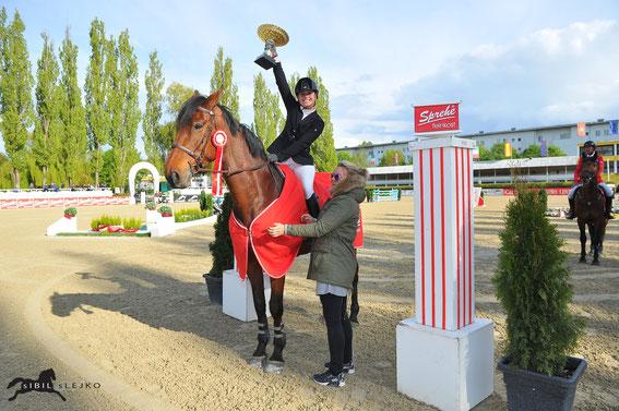 Marianne Schindele strahlt über den Sieg im Grand Prix von Linz © sIBIL sLEJKO