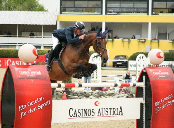 Christian Schranz und V.I.P. 2 auf dem Weg zum Sieg im Casino Grand Prix powered by muki in Linz © Linzer Pferdefestival
