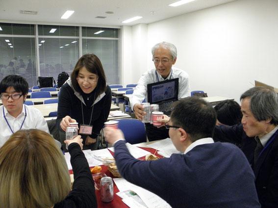 発表者は、各テーブルを回って参加者と対話する「お酌方式」