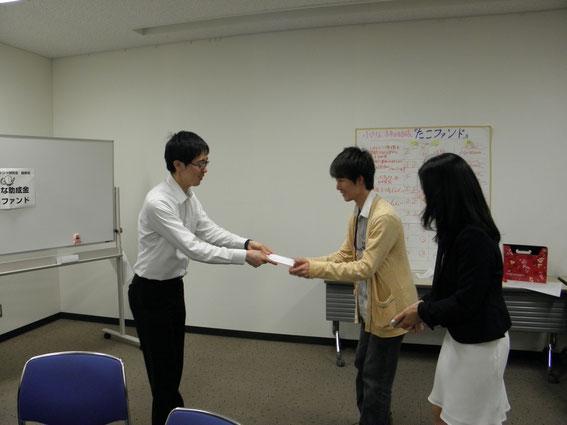 埼玉地域ファンド研究会の参加者かせ代わる代わるプレゼンターとなって授与式