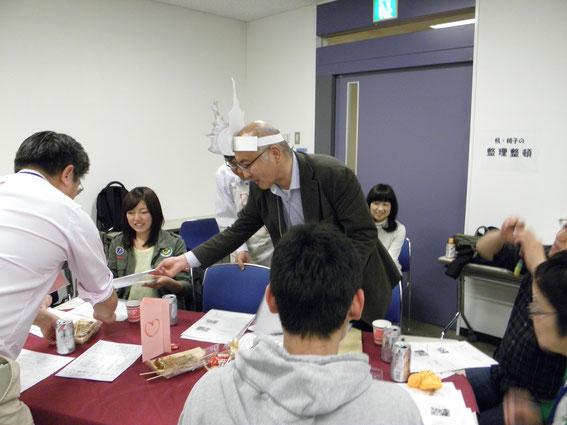 発表者は、各テーブルを回って参加者と対話するプレゼン