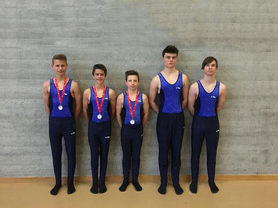 Die erfolgreichen Turner der Kategorie 4 (v.l. Lino Lang, Simon Herzog, Jan Kiener, Tristan Bokorny, Fabian Lleshi)