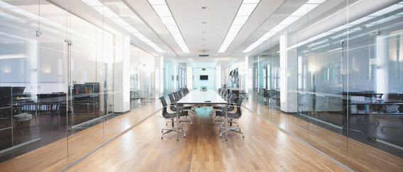 Deckenbeleuchtung mit LED Panels im Büro