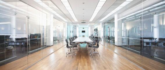 LED Panel zur Deckenbeleuchtung im Büro