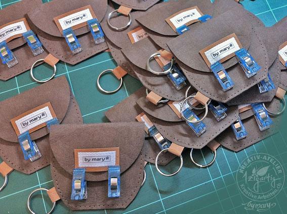 Schlüsselanhänger aus veganem Leder SnapPap. Die Label by mary klebe ich auf und nähe sie dann fest