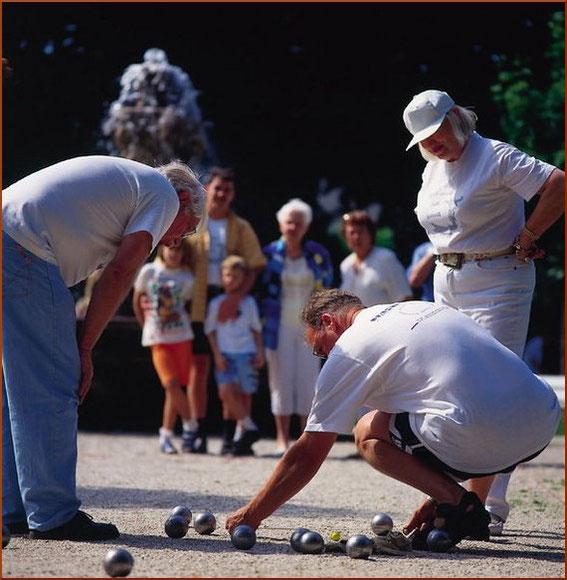 Boulespieler am Brunnen im Park vor den Römer Thermen im Boulodrom des BTBB