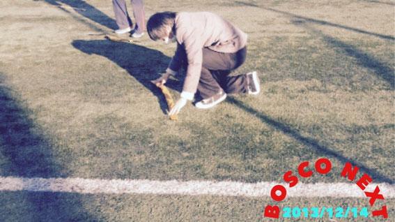 ヨコハマぽるとカップ2013の試合終了後にラインテープを直すお手伝い中のアニー(^-^)/ 無茶ブリにも柔軟な対応♪ byよこちゃん