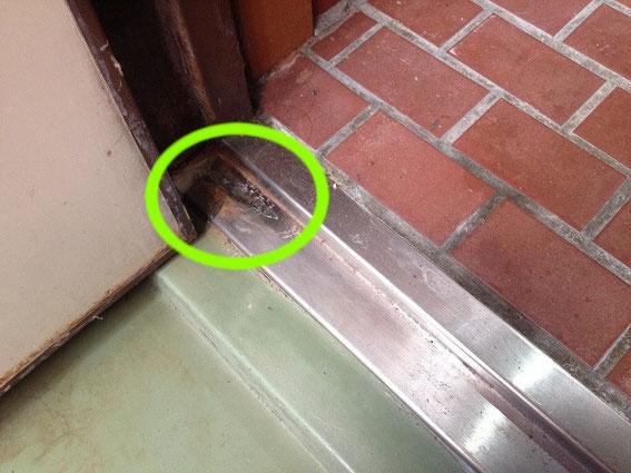 ドア枠の修繕・施工前