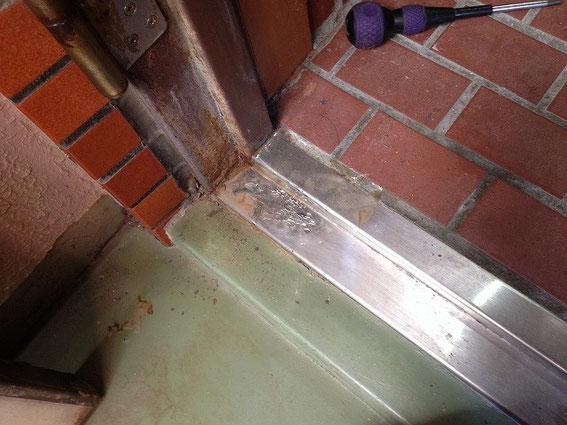 ドア枠の修繕・ハンマーで平らにした所