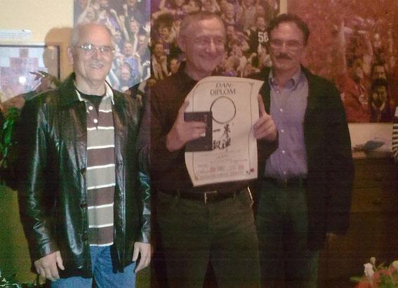 Leider das einzige Bild von der Prüfung zum 4. DAN. Es zeigt Lutz Fischer mit den Prüfern Albrecht Pflüger und Dieter Mansky