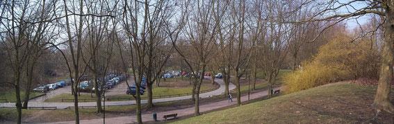 Depuis le plateau derrière la caserne, vue sur le parking et le chemin qui mène du métro aux forums, mars 2013