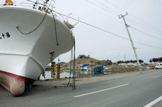 八戸市の蕪島にも船が乗り上げていた