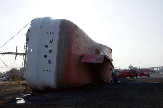 八戸港の漁船はあちこちに横倒しとなっていた