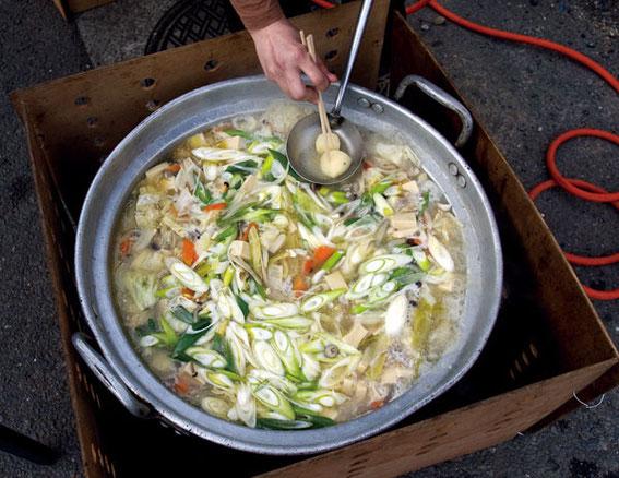 豚汁は、味噌味・醤油味の二鍋をつくった