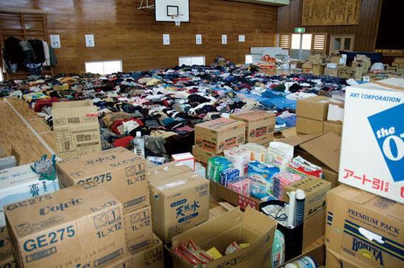 支援物資は山となり体育館に積まれていた