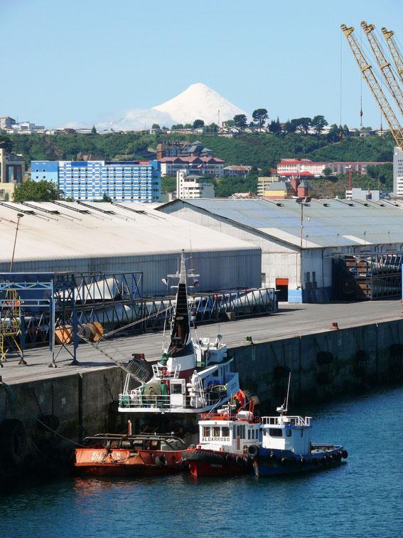 Der Hafen Puerto Montt's - Im Hintergrund der Vulkan Osorno (Foto Jörg Schwarz)