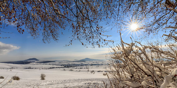 Hegau-Landschaft mit (v.l.n.r.) Hohenheewen, Hohenkrähen, Mägdeberg, Hohentwiel und Hohenstoffeln, 31.12.14 (Foto: S. Trösch)