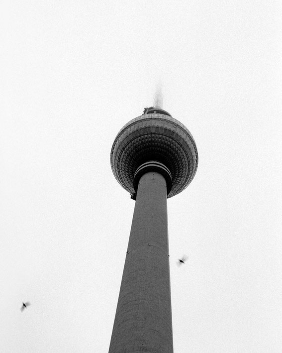 Berlin, Fotokunst, Fernsehturm, Berliner Fernsehturm, TV-Tower, analog, analoge Fotografie, Ilford. Ilford HP 5 Plus, Schwarz-Weiß-Fotografie, monochrome, black and white,