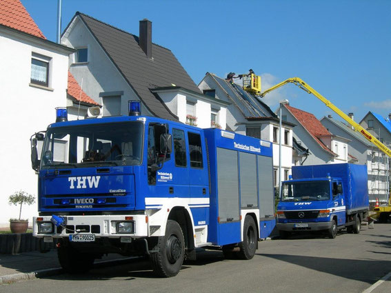 2006 nach Hagelunwetter in Trossingen, Dächer werden von THW-Helfern abgedeckt