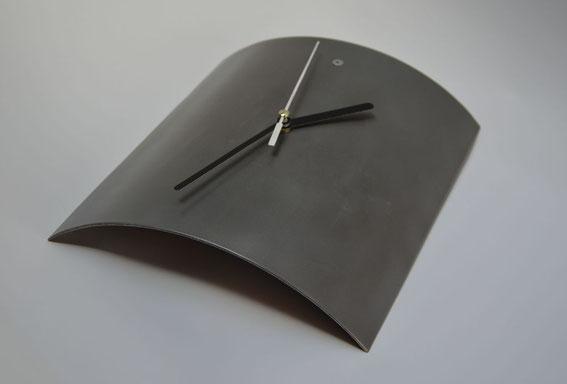 Uhr aus Metall, gewalzt, sandgestrahlt, lackiert - Metallwerkstatt