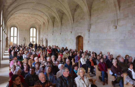 Un public très nombreux reprend en choeur le canon de Ravenscroft