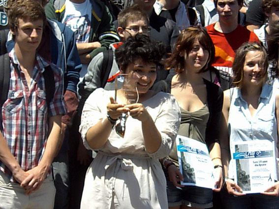 Amandine JEANTON montre fièrement le trophée que toute l'équipe des lycéens journalistes du LMBnews a gagné.