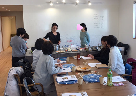自家製乾物の作り方とその活用方法の講座。みなさん熱心に聞いてくれています。