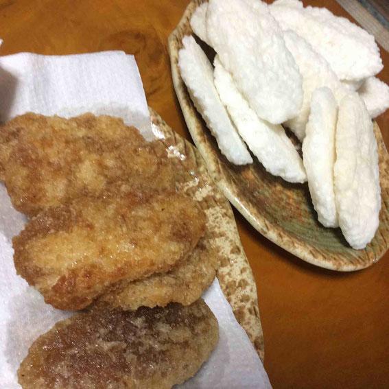 凍み餅。粥を炊いたらそれを形づくり凍らせて干す。油で揚げて砂糖醤油で味付け。