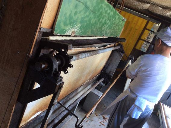 この機械の中で回転しながら麩は250度の高温で焼かれていく。10分もかからなかったと思う。
