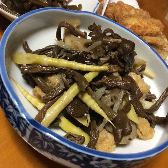 しみじみ美味しい。保存してあったキノコや月山タケ、わらび、糸コンを合わせた煮物。