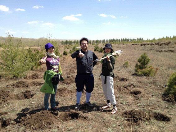 内モンゴルの武川県での植樹作業終了の1枚!(社)地球緑化クラブ代表・原鋭次郎氏と。