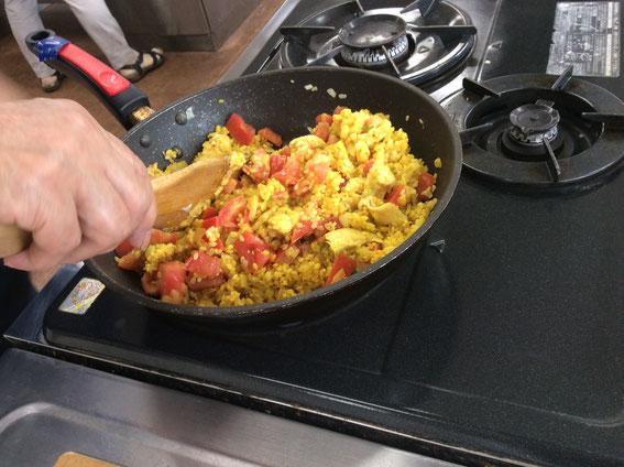 煎り大豆や干し人参、レーズンなどが入ったビリヤニ風ご飯