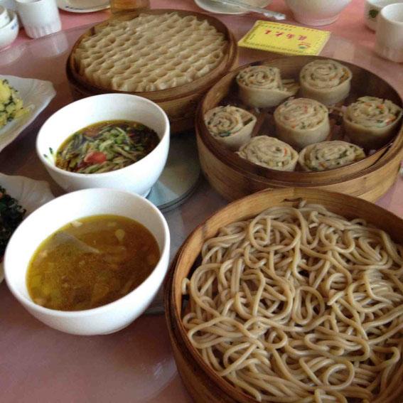 ランチ いろいろな麺料理。羊のあたたかい汁と野菜の冷たい汁とともに