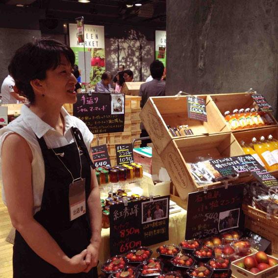 7月のグリーンマーケットで売り場に立つ増田久美子さん