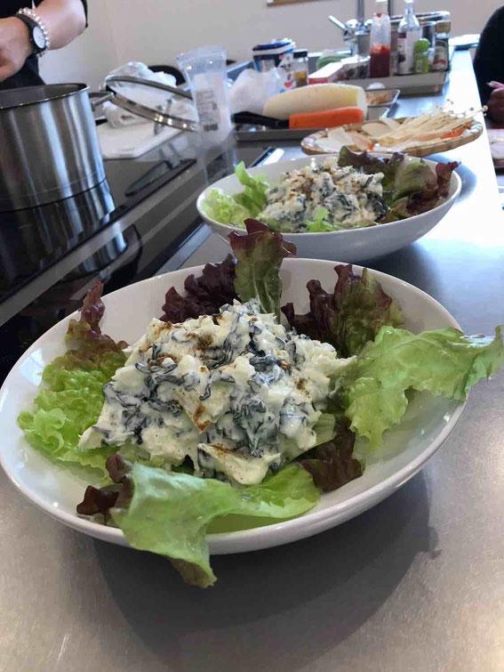 ワカメと棒寒天のサラダはヨーグルトに漬けておくだけでほぼ完成。