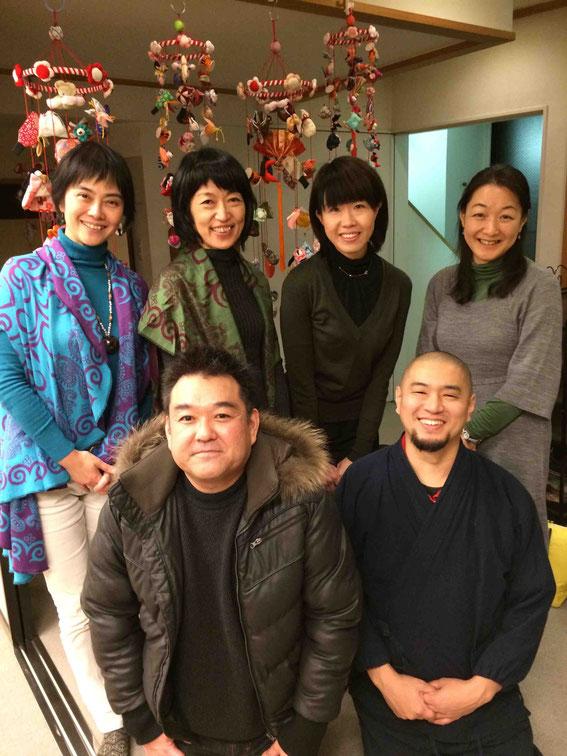 ご協力いただいた青江覚峰さん、原鋭次郎さん、小野塚順子さん(右端)、鈴木なお子さん(後列右から2番目) with DRYandPEACE