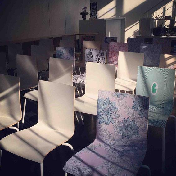 さまざまなアーティストがデザインした椅子におかけいただきました