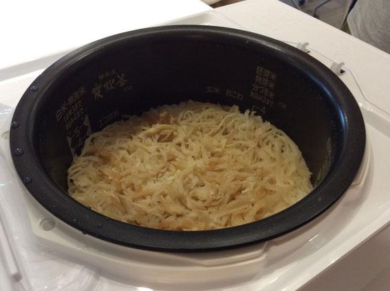 米を研いだら酒少々加えて水加減したところに切り干し大根を入れるだけの大根飯