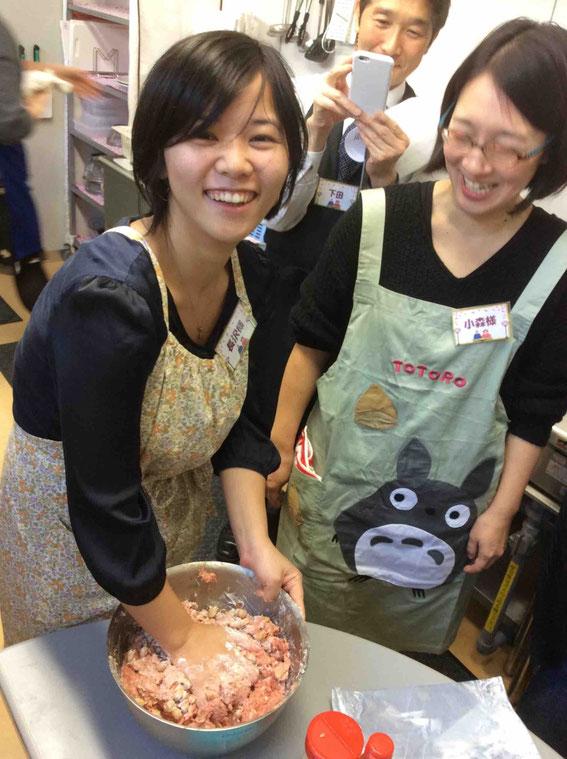 1kgのお肉にヨーグルトで戻した煎り大豆をたっぷり入れてハンバーグづくり。味付けは、オイスターソース!