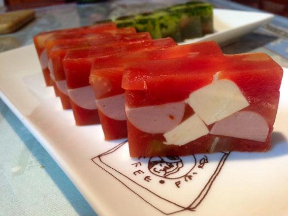 Mさん作:トマトスープでソーセージとクリームチーズとセロリを具に。バジルソースをかけて