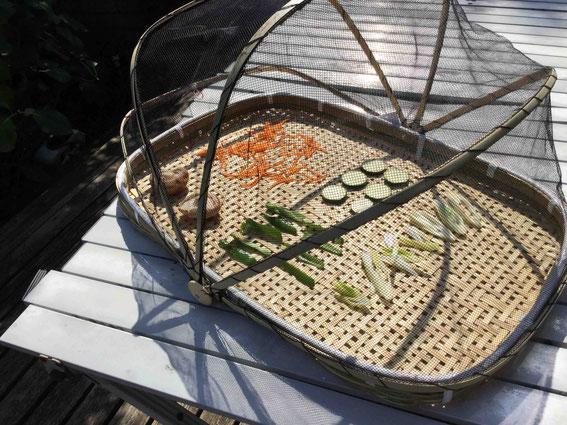 すぐに使わない分は切ってざるや網の上に並べれば、自宅で簡単に干し野菜が作れます