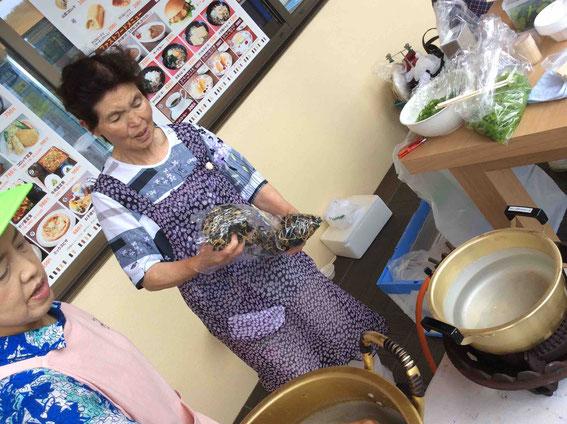 地元のお母さんたちがお鍋を用意して準備中。